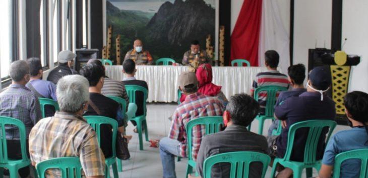 Kabid Trantib Satuan Polisi Pamong Praja, Teguh Juarsa besama kasi Dalops saat melakukan musyawarah mufakat agar pedagang di jalan Taman Pahlawan agar tidak lagi berjulan di trotoar jalan.