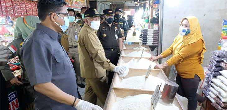 Walikota Depok, Mohammad Idris saat melakukan pengecekkan ketertiban PPKM di Pasar Agung, Senin (18/1/2021).