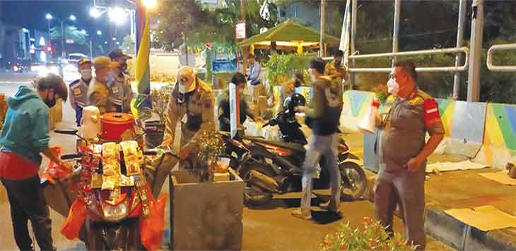 Satuan Polisi Pamong Praja (Satpol PP) Kota Depok saat melakukan penertiban di masa Penerapan Pembatasan Kegiatan Masyarakat (PPKM), Rabu (13/1/21).