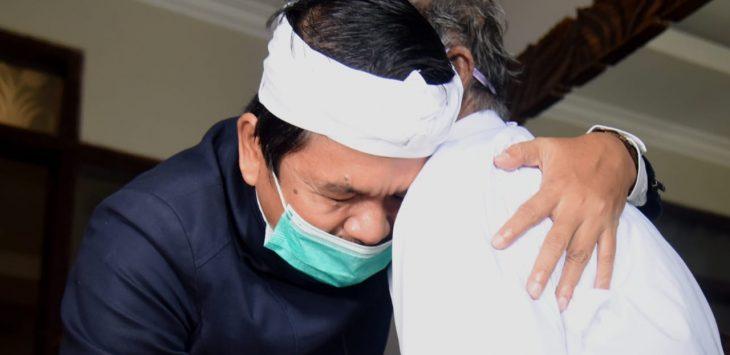 Wakil ketua komisi IV DPR RI, Dedi Mulyadi saat bertemu dengan Koswara (85) memberikan pelukan hangat untuk memberikan suport atas kasus yang menjeratnya.