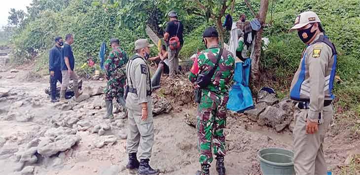 Petugas gabungan saat melakukan operasi tambang emas liar di kawasan pesisir pantai Minajaya, tepatnya di Kampung Cikulawing, Desa Pasiripis, Kecamatan Surade, Selasa (19/01/2021).