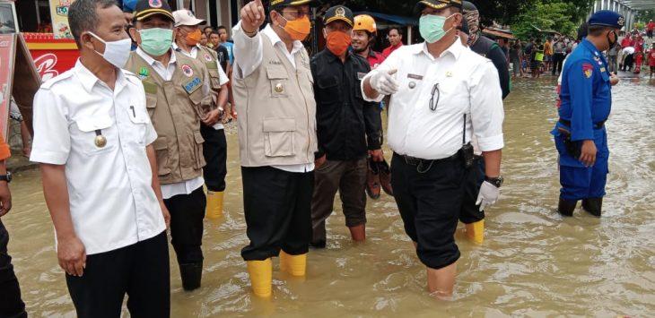 Plt.Bupati Indramayu, Taufik Hidayat, saat meninjau lokasi banjir di Desa Kongsijaya dan Widasari Kecamatan Widasari, Rabu (61).