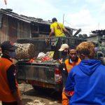 Sampah di TPS Liar Jakasampurna Diangkut Secara Manual