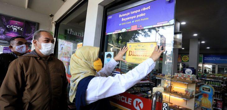 Satgas-Covid-19-Kota-Bandung-segel-tempat-usaha-yang-melanggar-PSBB. foto/Arif