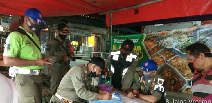 Para petugas satpol pp saat mendata para PKL yang yang mangkal di pinggir jalan jalan utama kota purwakarta.