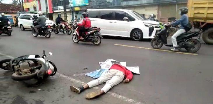 Korban kecelakaan lalulintas masih tergeletak di badan jalan sebelum di evakuasi ke rumah sakit. Korban diperkirakan meninggal di lokasi kejadian.