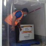 Petugas mengangkut vaksin Sinovac yang tersimpan dalam kotak khusus setiba di Kantor Dinkes Kota Bekasi, Bekasi Selatan, Selasa (12/1). (Adika Fadil/pojokbekasi.com)
