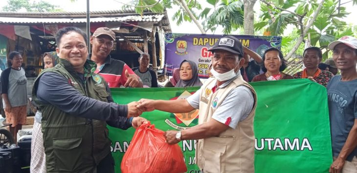 Ketua YANU Cirebon, Puguh Purwandono simbolis bagikan nasi bungkus. Dede