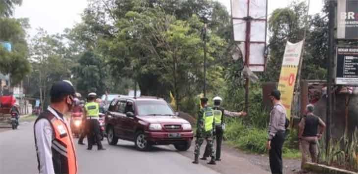 Pemeriksaan di perbatasan Kabupaten Sukabumi - Cianjur, tepatnya di wilayah Kecamatan Sukalarang, Selasa (19/01/2021).