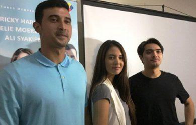 Ali Syakieb (kiri) bersmaa Aurelie Moeremans dan Ricky Harun.