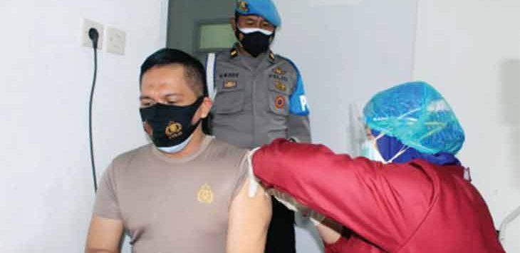 Sejumlah anggota Polri saat melakukan vaksinasi yang dilakukan di Klinik Pratama Polres Sukabumi Kota, Kamis (25/2).