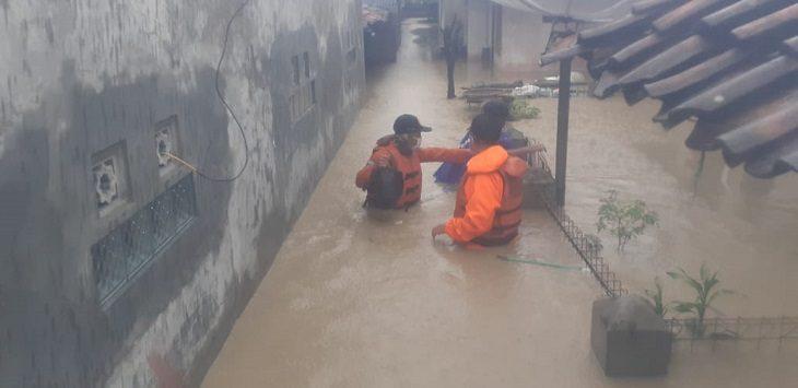 Kantor SAR Bandung evakuasi korban banjir di Indramayu, Senin (8/2/2021)./Foto: Istimewa