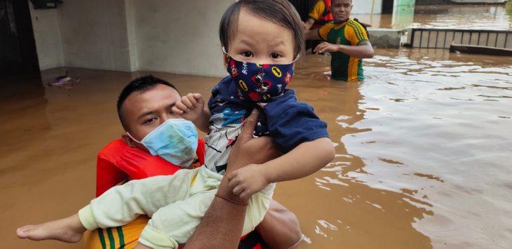 Prajurit Yonif PR 305/Tengkorak evakuasi korban banjir di sejumlah wilayah di Kabupaten Karawang, Ahad (7/2/2021)./Foto: Istimewa