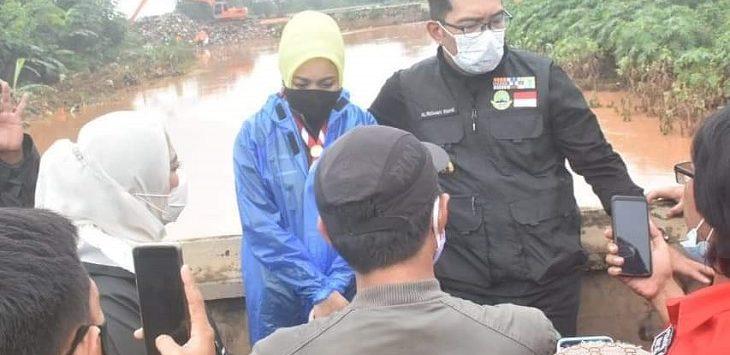 Gubernur Jabar, Ridwan Kamil bersama istrinya, Atalia Praratya saat meninjau banjir di Karawang, Selasa (9/2/2021)./Foto: Ega