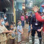 Hibur Anak-Anak Korban Banjir di Bintara
