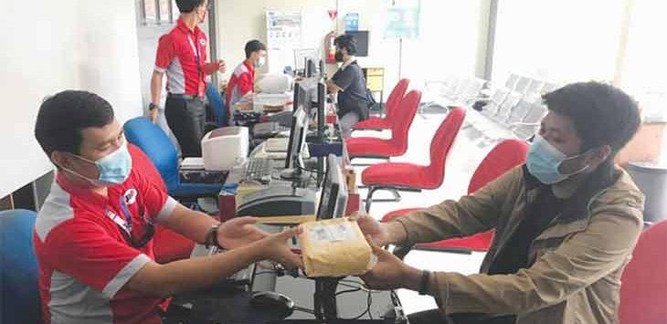 Salah satu costumer service JNE Depok saat melayani pelanggan, Senin (22/2).
