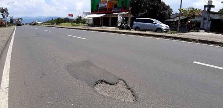 Kondisi ruas jalan Jalur Lingkar Selatan terlihat banyak lubang yang membahayakan para pegguna jalan.