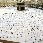 Jamaah melaksanakan salat di Masjidilharam, Makkah, dengan menjaga jarak