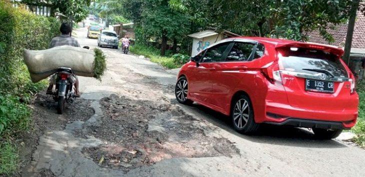 Kondisi kerusakan jalan di Kabupaten Cirebon./Foto: Rmoljabar