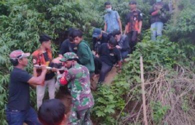 Petugas mengevakuasi remaja asal Sukabumi jatuh dari puncak Gunung Batu, Desa Sukaharja, Kecamatan Sukamakmur, Kabupaten Bogor