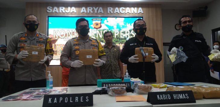 Polres Purwakarta saat konpres pemasok narkoba pesanan Gathan Saleh Hilabi, Mapolres Purwakarta, Jumat (5/2/2021)./Foto: Istimewa