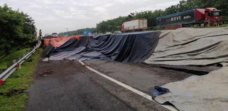 Retakan tanah di Tol Cipali KM 122 jalur B arah Jakarta,/Foto: Istimewa