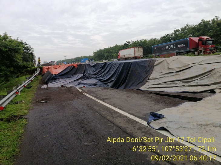 Retakan tanah di Tol Cipali KM 122 jalur B arah Jakarta