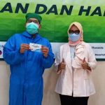 dr. Iis Dwiyatiningsih Karya, MARS, Direktur RS Karya Husada (kanan) usai divaksin Covid-19