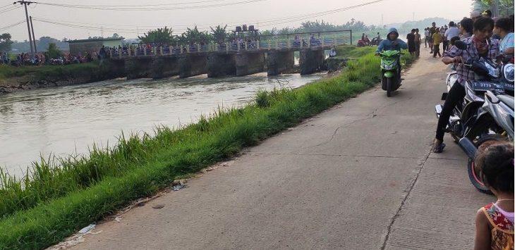 Sejumlah warga yang mendengar ada bocah SMP tenggelam di irigasi BT 15, Desa Wancimekar, Kecamatan Kotabaru, berdatangan untuk melihat langsung lokasi kejadian, Rabu (17/3) sore./Foto: RK
