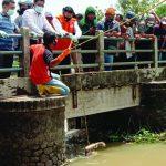 Evakuasi mayat di Karawang
