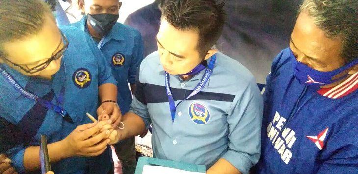 Ketua FKKGD Kabupaten Karawang, Indra Kardiansyah, saat diambil cap jempol darah, Ahad (7/2/2021)./Foto: Ega