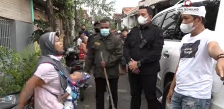 Seorang ibu sambil menggendong bayi berbicara sambil 'nyolot-nyolot' kepada anggota DPR RI Dedi Mulyadi, karena tidak setuju benteng tembok pengalang jalan di robohkan.