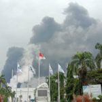 Kepulan asap di area tangki penyimpanan dilihat dari Gedung Utama Pertamina RU VI Balongan, Indramayu