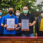 Penandatanganan MoU oleh Ketua Pengurus Apeksi Bima Arya yang juga Wali Kota Bogor dan Ketua FRI yang merupakan Rektor IPB University Prof Arif Satria di Taman Ekspresi