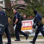 Polisi berjaga-jaga di area supermarket King Soopers