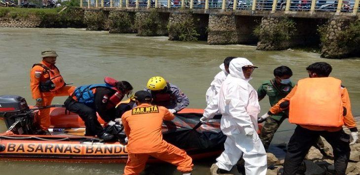 Tim SAR Bansdung saat menemukan remaja hilang di Sungai Irigasi BT 15 Karawang, Kamis (18/3/2021)./Foto: Istimewa