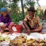 Sain dan Sarem jualan pisang di Jalan Interchange Karawang Barat