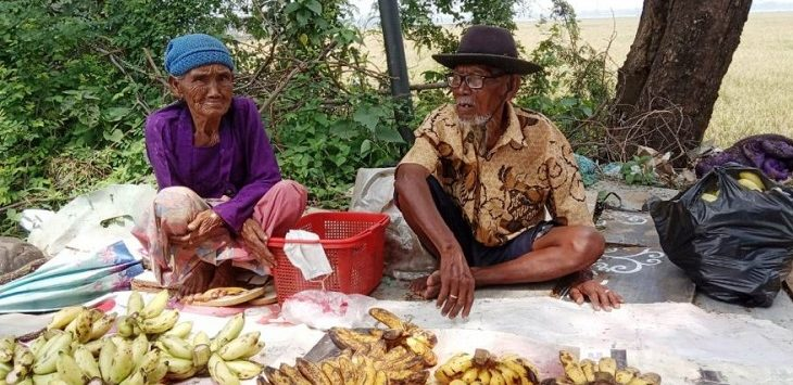 Sain dan Sarem jualan pisang di Jalan Interchange Karawang Barat./Foto: RK