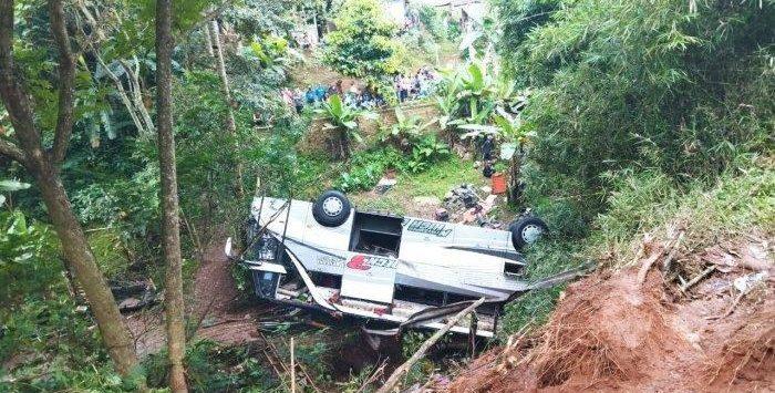 Bus pariwisata yang jatuh ke jurang di Sumedang. Istimewa