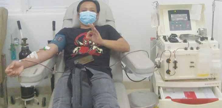 Masyarakat yang menjadi mantan pasien covid 19 saat menjalani donor plasma konvalesen di ruang Unit Donor Darah (UDD) PMI Depok.