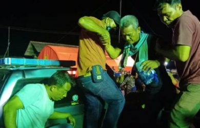 ABK Kapal motor Barokah Jaya yang selamat setiba didermaga langsung dievakuasi dibawa ke rumah sakit