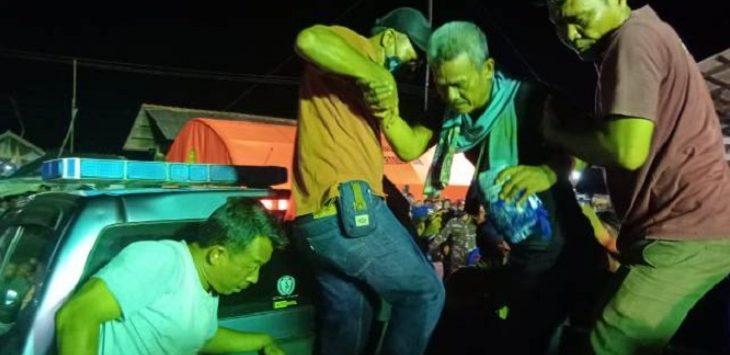 ABK Kapal motor Barokah Jaya yang selamat setiba didermaga langsung dievakuasi dibawa ke rumah sakit./Foto: Istimewa