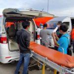 Ambulans dipersiapkan untuk membawa ABK Barokah Jaya di TPI Eretan