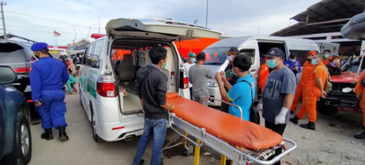 Ambulans dipersiapkan untuk membawa ABK Barokah Jaya di TPI Eretan./Foto: Rci