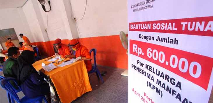 Petugas memberikan Bantuan Sosial Tunai (BST) pada Keluarga Penerima Manfaat (KPM) di Kantor Pos Cimahi, beberapa waktu lalu.