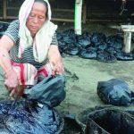 Bersihkan ceceran minyak mentah di Karawang