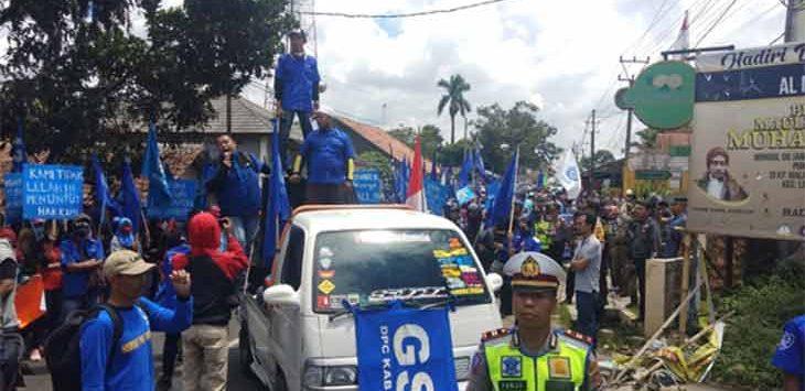 Buruh Kabupaten Sukabumi yang tergabung dalam wadah Gabungan Serikat Buruh Indonesia (GSBI) Kabupaten Sukabumi.