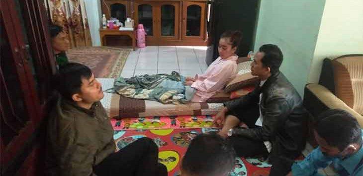 Rekan-rekan seprofesi guru saat menjenguk SA Guru honorer asal Kecamatan Cisolok yang mengalami kelumpuhan ringan setelah mendapatkan imunisasi Covid-19 atau vaksin.