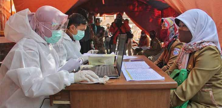 Sejumlah Guru saat melanjani tes usap di Puskesmas Cimahi Tengah, Kota Cimahi, beberapa waktu lalu.