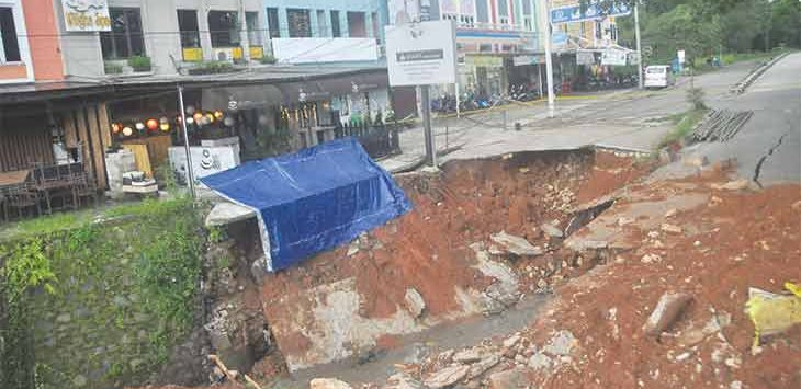 Kondisi Jalan GDC terkini yang mengalami longsor susulan saat hujan menerjang Kota Depok pada Rabu (14/4).